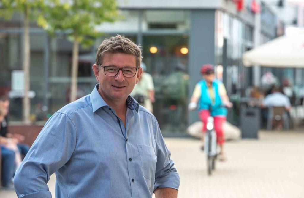 Bürgermeisterkandidat Uli Proske vor dem eEinz