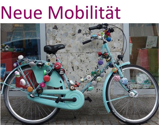 Türkisfarbenes Fahrrad mit vielen Klingeln